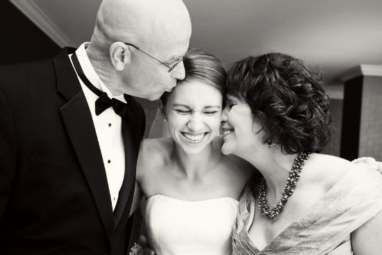 Невеста с родителями утром перед свадьбой