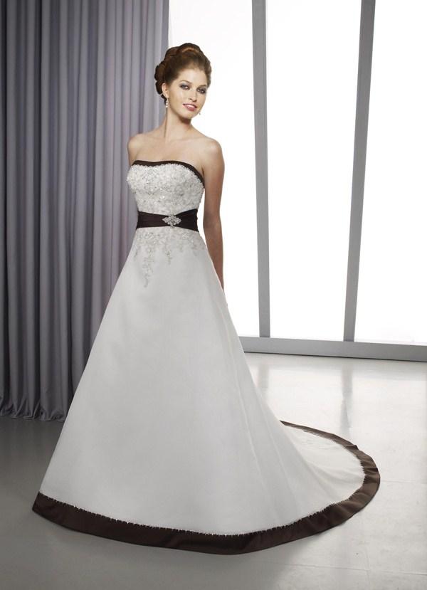 Свадебное платье с лентой внизу