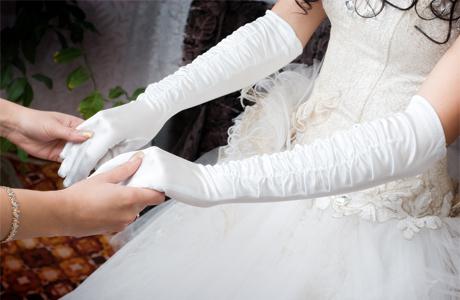 Свадебный образ: как подобрать перчатки к платью