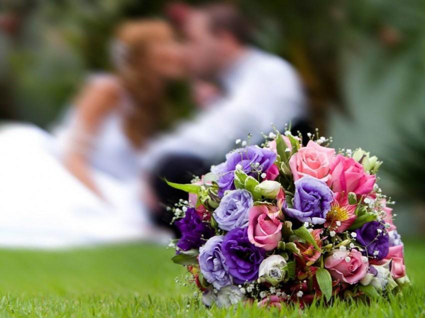 Зачем бросать и ловить свадебный букет: мифы и реальность