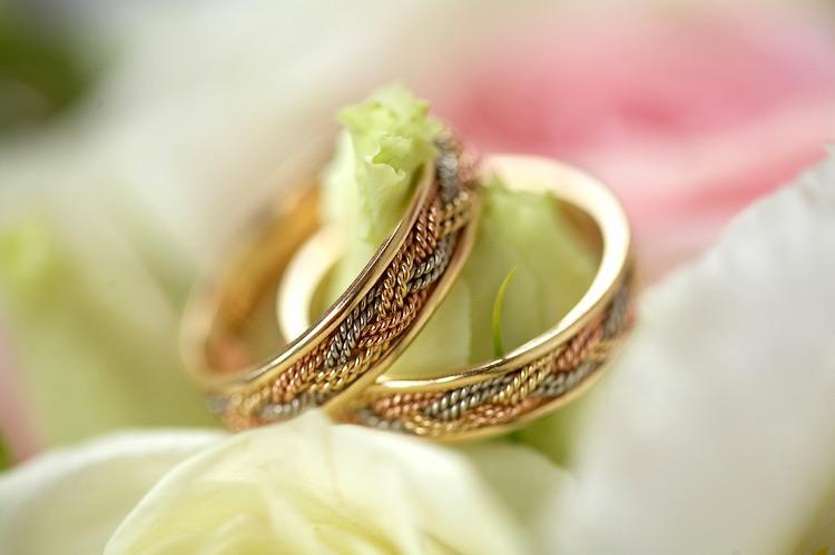 В России до середины XVIII века существовал обычай дарить два кольца: обручальное и свадебное. Первое, как правило, являлось фамильной драгоценностью и