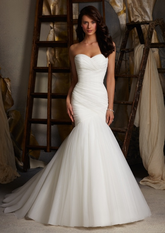 Русалка. Это длинные свадебные платья, повторяющие соблазнительные изгибы тела от груди до колен. Внизу юбка резко расширяется, как хвост у рыбки